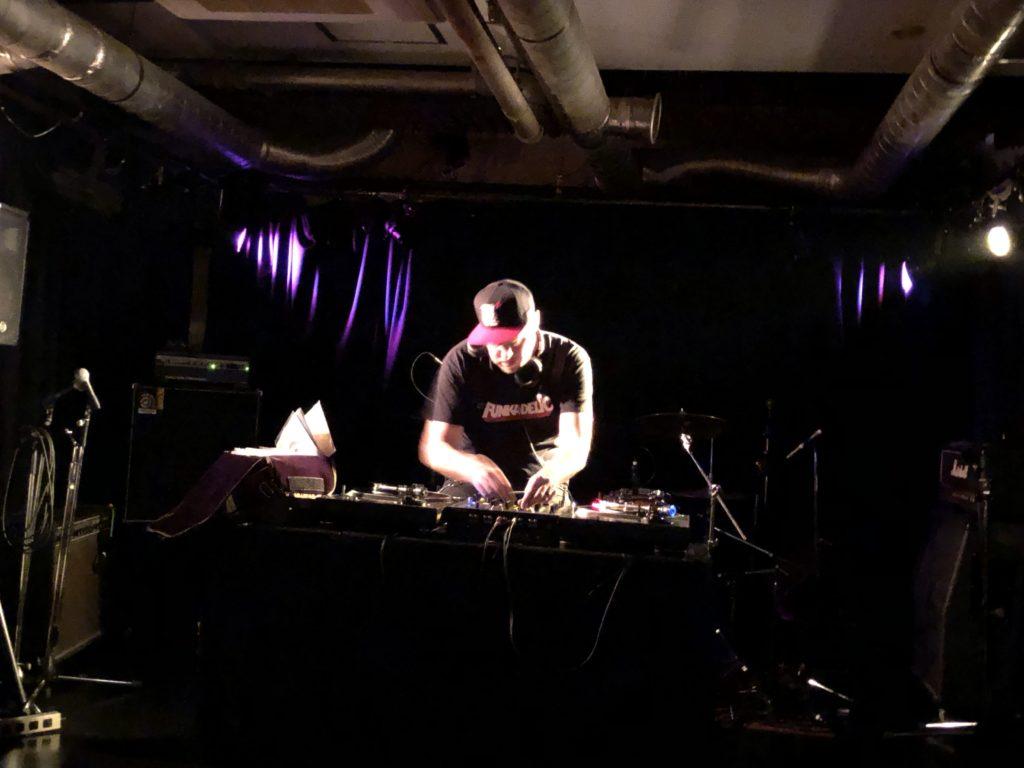 DJをしている男性