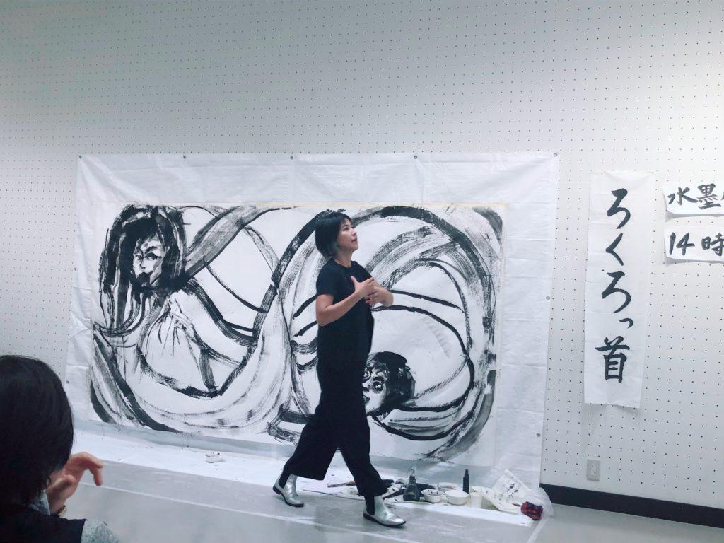 朗読しながら水墨画のライブペイントをする女性